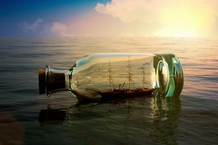 seafaring: Barco en una botella en concepto de mar