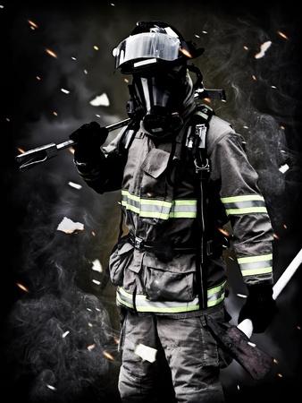departamentos: Despu�s, un bombero posa despu�s de una larga lucha contra incendios con el humo, los escombros y cenizas en el fondo. Para las im�genes de bomberos m�s por favor visite mi perfil.