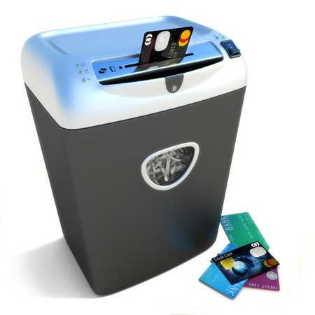 Shred krediet, shredder shredder een stapel creditcards.