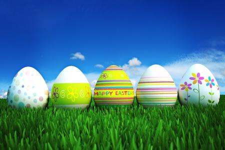 buona pasqua: Buona Pasqua, uova colorate in un campo in erba con un cielo limpido e azzurro. Camera per il testo e lo spazio della copia Archivio Fotografico