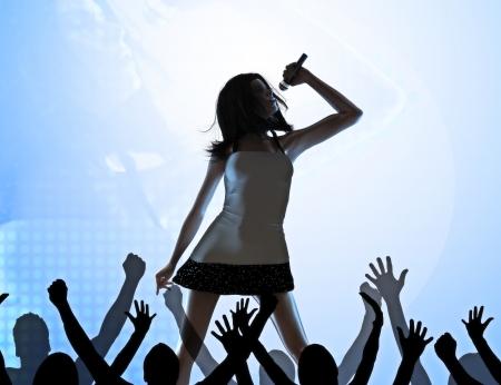 群衆の infront の段階の実行に関する女性歌手