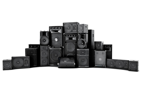 equipo de sonido: Gran grupo de altavoces en una fila, el concepto fuerte o maltratado en un fondo blanco Foto de archivo