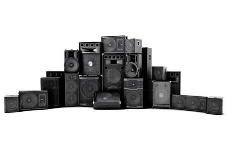 Große Gruppe von Lautsprechern in einer Reihe, laut oder missbrauchte Konzept auf einem weißen Hintergrund