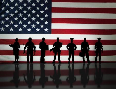 banderas americanas: Los trabajadores estadounidenses silueta con un fondo de la bandera americana