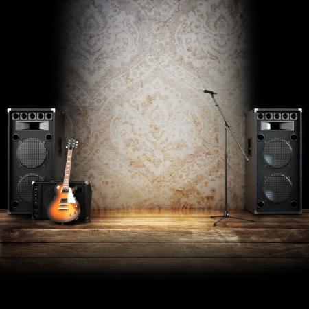 Muziekpodium of zingen achtergrond, microfoon, gitaar en luidsprekers met houten vloeren Stockfoto