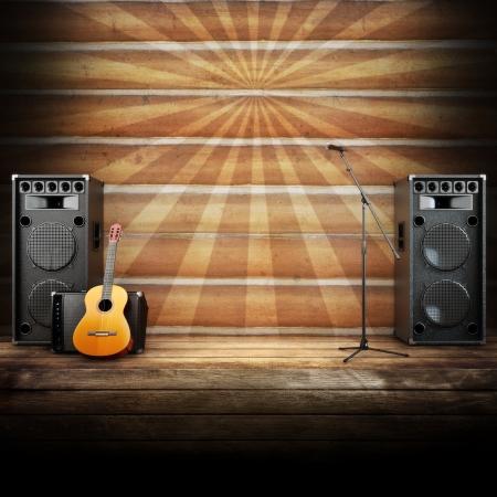 musica electronica: Etapa de la música country o el canto de fondo, micrófono, guitarra y altavoces, con suelos de madera y fondo de rayos Foto de archivo