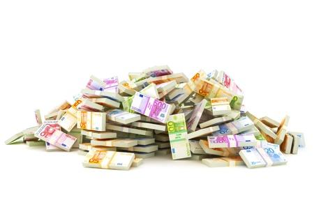 apilar: Pila Europea de dinero, pilas de 10 s, 20 s, 50 s, 100 s, 500 s en moneda europeos sobre un fondo blanco de ahorro o concepto departamento