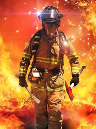 Brandweerman zoeken naar mogelijke overlevenden met gereedschap, tacticle verlichting en warmtebeeldcamera Onderdeel van een brandweerman serie Stockfoto