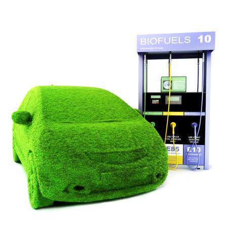 eco car: Alternatieve energie concept Eco car Gras bedekt auto naast een Biobrandstoffen pomp op een witte achtergrond Hernieuwbare energie Stockfoto