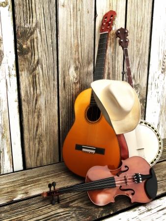 cappello cowboy: Paese sfondo musica con strumenti a corda chitarra, banjo, violino e un cappello da cowboy pendente contro una recinzione di legno in camera per il testo o lo spazio della copia Archivio Fotografico
