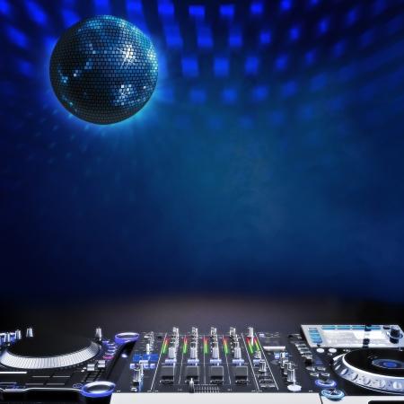 Disco Musikbühne Werbung mit DJ-Equipment und Disco-Kugel blaue themenorientierte Raum für Text oder Kopie Raum Disco Ball aus der Mitte-Center-Version ebenfalls verfügbar