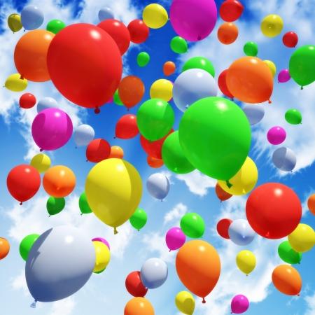 Bunte Luftballon s in den Himmel entlassen Standard-Bild