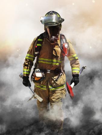 Un bombero que penetra a través de una pared de la búsqueda de humo para los sobrevivientes
