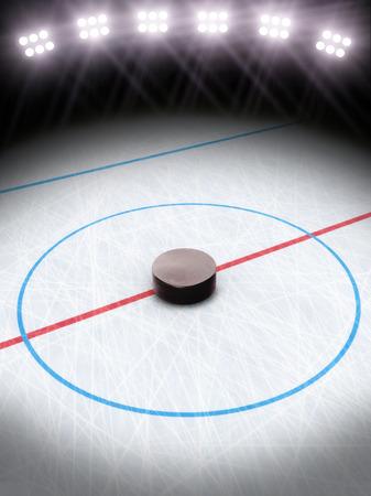 hockey sobre hielo: El hockey sobre hielo bajo la Sala de luces para texto o espacio de la copia Foto de archivo