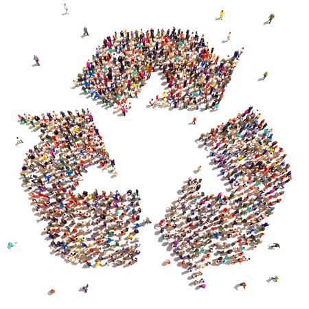 Mensen die grote groep mensen te recyclen in de vorm van een recycle symbool dat veranderingen in het milieu te ondersteunen
