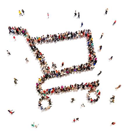 negozio: Le persone che amano fare shopping Grande gruppo di persone in forma di un carrello della spesa o il concetto di vendita su uno sfondo bianco Camera per il testo o lo spazio della copia