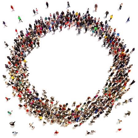 Grote menigte van mensen in beweging in de richting van het centrum die een cirkel met ruimte voor tekst of kopie ruimte reclame op een witte achtergrond. Stockfoto
