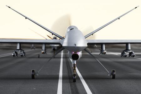 Militärstreit UAV Drohnen Vorbereitung für den Start auf einer Laufbahn Standard-Bild