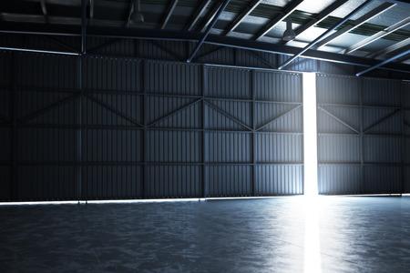 Leeg gebouw hanger met de deur gekraakt open met ruimte voor tekst of kopie ruimte