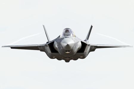 avion chasse: F35 vue de face close up voler � la cam�ra avec des sentiers de chem Banque d'images