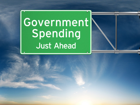 Overheidsuitgaven gewoon vooruit. Street exit teken met de stijging van de overheidsuitgaven in de toekomst. Stockfoto