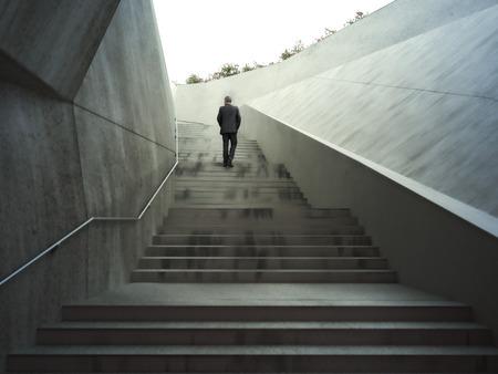Ambities concept met een zakenman klimmen abstracte trap .Photo realistische 3D-rendering.