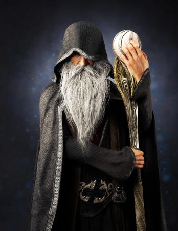 Evil Warlock ancien sorcier à capuchon posant avec le personnel sur un fond dégradé bleu. rendu 3D