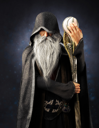 Zły czarnoksiężnik stary zakapturzony czarodziej pozuje z laską na niebieskim tle gradientu. renderowanie 3d