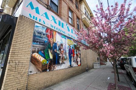 Brick wall painted colorfully on a South Philadelphia street corner Publikacyjne