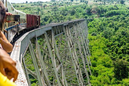 Pyin Oo Lwin, Myanmar - en train pour Hsipaw sur le viaduc du Goteik