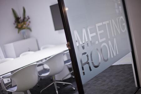 Vacant meeting room, open doorway. Standard-Bild
