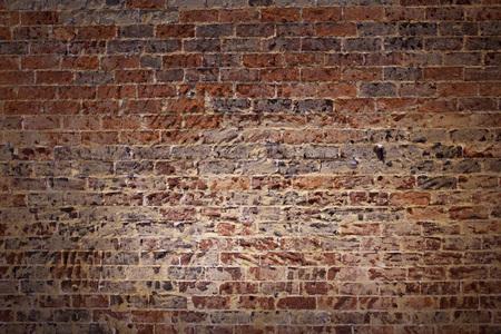 Rote Backsteinmauer unter Strahlern. Standard-Bild - 50018786