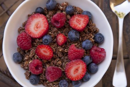 Frühstücksflocken mit Beeren close up. Standard-Bild - 50018789