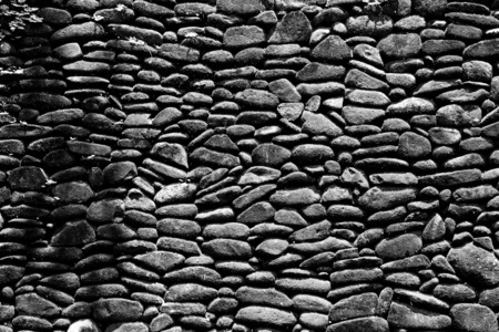 Black and white moss covered stone wall background. Standard-Bild