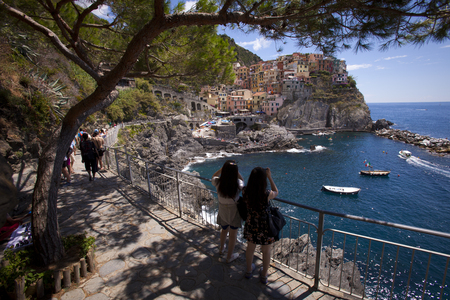 Tourists admire a picturesque Italian town on the coast of Italy. Standard-Bild