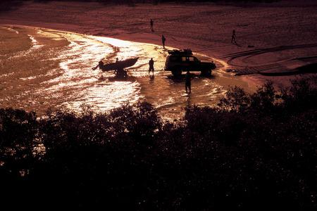 Silhouette 4wd boat Standard-Bild