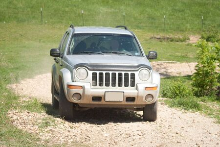 砂利道の上で運転するジープ。