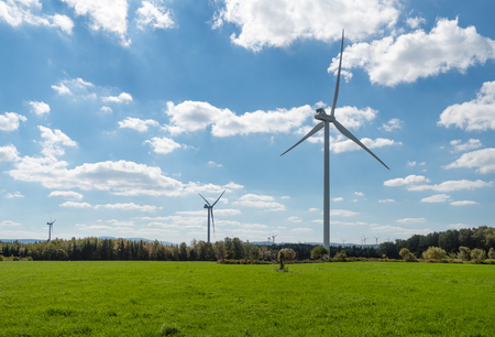 Turbinas de viento en un campo Foto de archivo