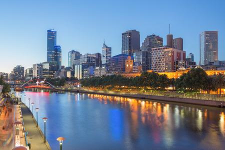 Der Melbourne CBD und Yarra Fluss in der Nacht Standard-Bild
