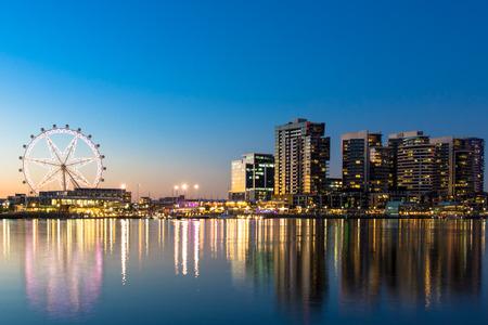 La zona portuaria paseo marítimo de Melbourne, Australia en la noche