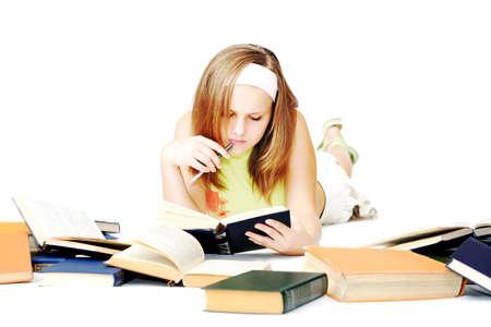 enigmatic: donna giovane che legge i libri sul pavimento Archivio Fotografico