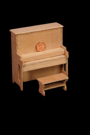 balsa: Balsawood DOLLHOUSE sized piano en bankje, unfinshed, met de VS een cent pices aan te tonen schaal.