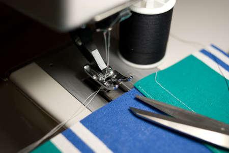 재봉틀 발, 수 놓은 직물, 스레드가 위, 스풀의 자세히보기.
