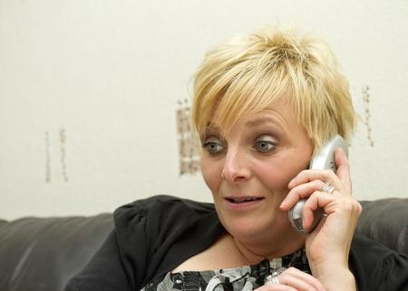sgomento: Donna esprimendo sorpresa o smarrimento del telefono Archivio Fotografico