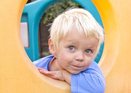 climbing frame: Carino ragazzo biondo giocare in struttura rampicante per bambini Archivio Fotografico