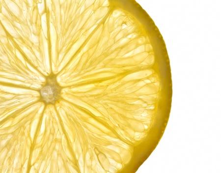 świeży żółty plaster cytryny z białym tłem