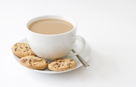 galleta de chocolate: Taza de t� y galletas en el fondo blanco Foto de archivo