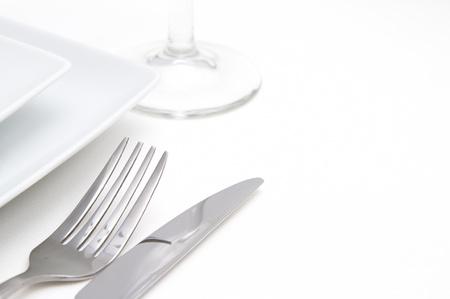 Miejsce kolacja ustawienie biały kwadrat talerze porcelana srebrem sztućców i szkła
