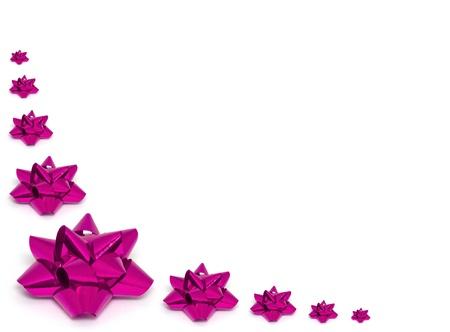 Kilka różowe kokardki folii na białym tle jako tło