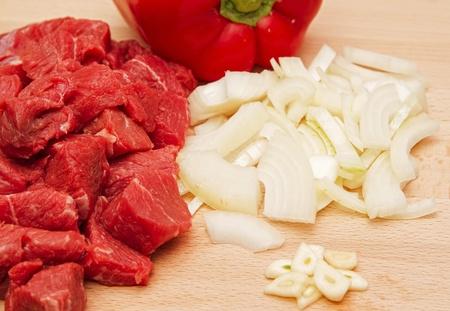 Stek wołowy z cebulą, czosnkiem i pieprzem